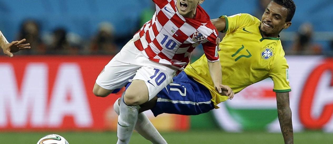 Bigode grosso: Luiz Gustavo chega firme em Modric. Volante fez partida segura Foto: Kirsty Wigglesworth / AP