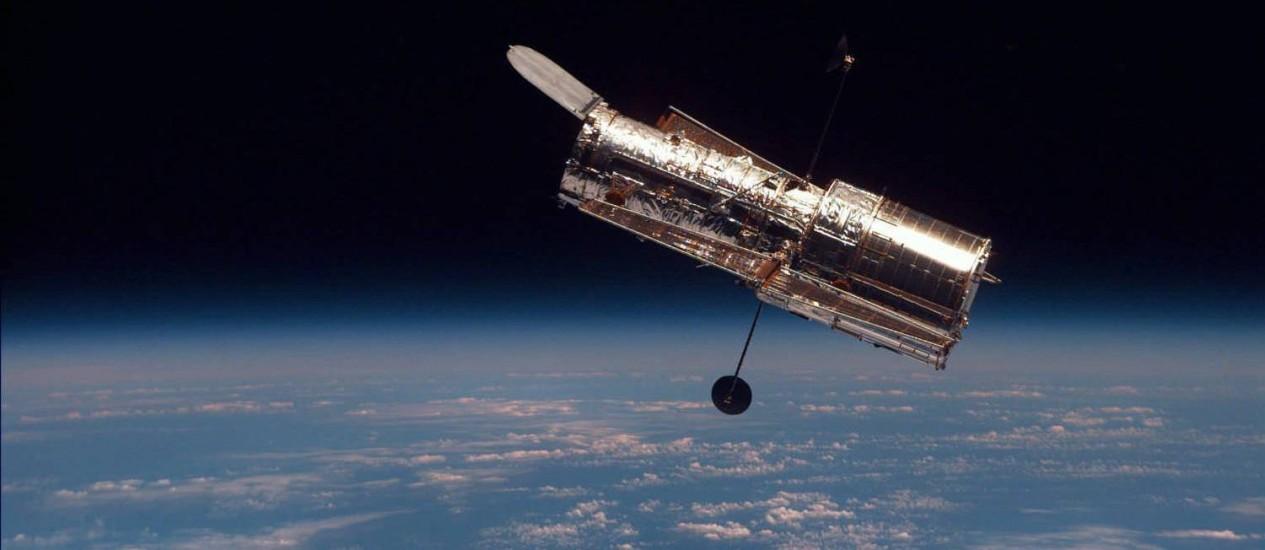 O telescópio espacial Hubble visto do ônibus espacial Discovery depois de passar pela segunda missão de manutenção e melhorias já na órbita da Terra, em 1997: em 24 anos de serviço, equipamento ajudou a mudar nossa visão do Universo Foto: Nasa