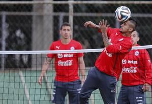 Vidal (com a bola) durante treinamento na Toca da Raposa II Foto: SERGIO MORAES / REUTERS