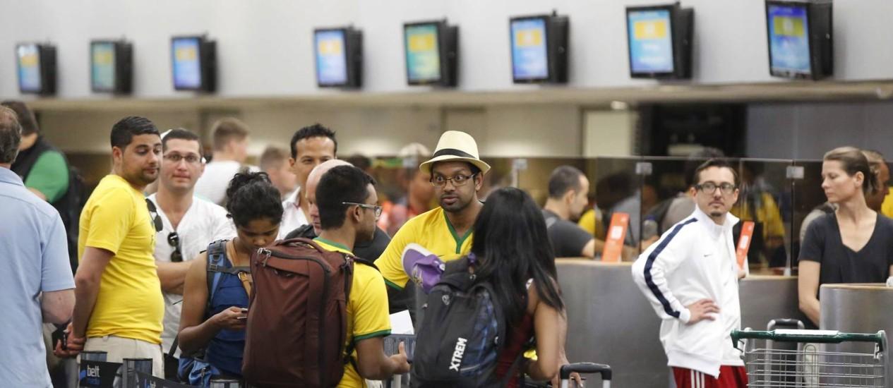 Turistas esperam para embarcar no Galeão Foto: Pablo Jacob / O Globo