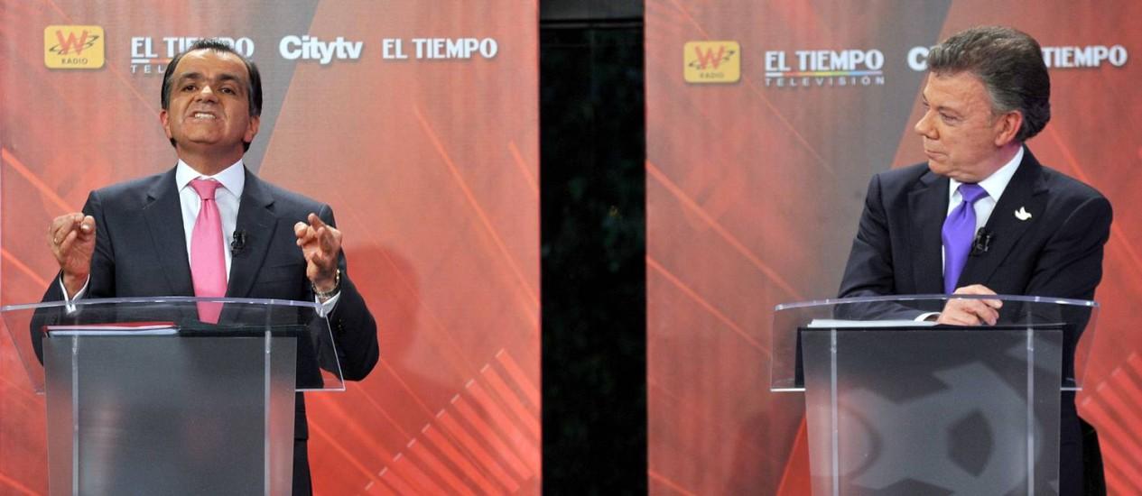 O presidente colombiano Juan Manuel Santos, à direita, em debate para o pleito no segundo turno, domingo, contra o Oscar Ivan Zuluaga Foto: AFP-9-6-2014