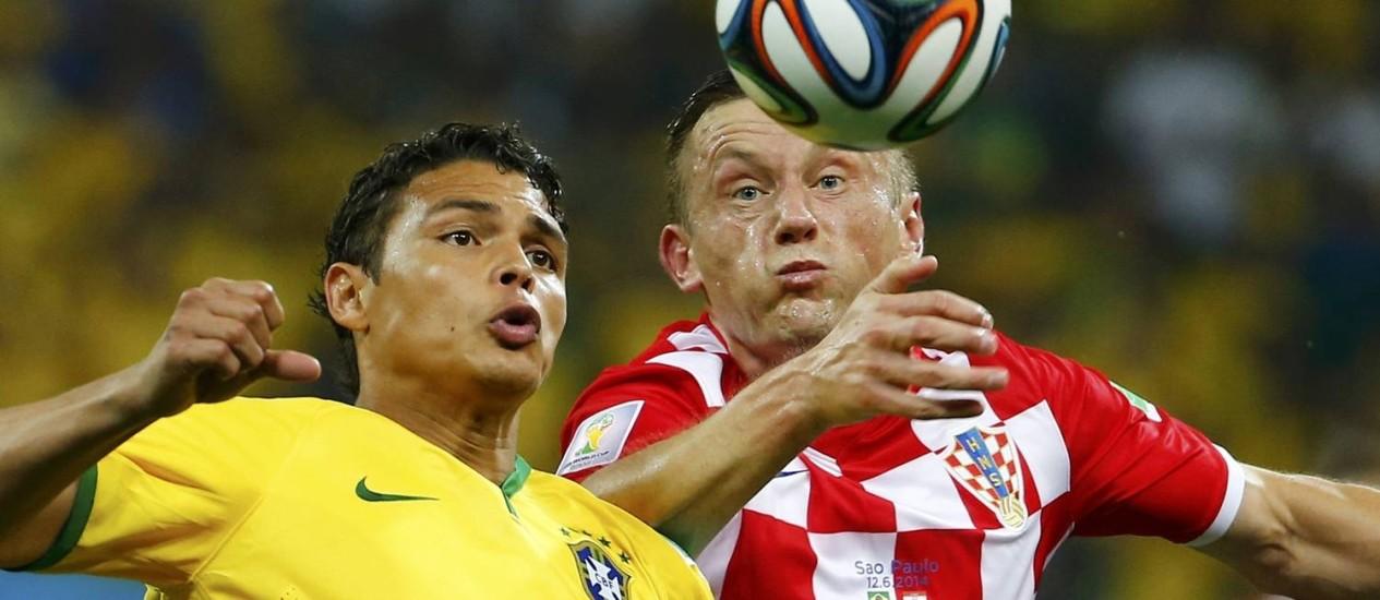 Thiago Silva disputa a bola com o croata Ivica Olic durante o jogo de estreia. Capitão acredita que Brasil pode ter uma partida mais fácil contra o México Foto: DAMIR SAGOLJ / REUTERS