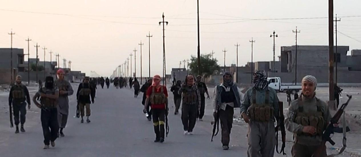 Militantes do Exército Islâmico no Iraque e na Síria (Isis) tomam posição nas ruas na cidade iraquiana de Samarra Foto: AFP