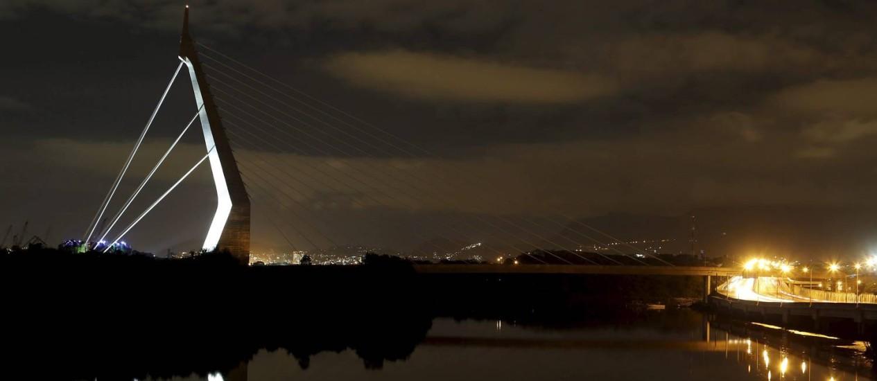 A ponte sem as luzes por causa do tiro que danificou a central de iluminação em abril Foto: Hudson Pontes / Agência O Globo
