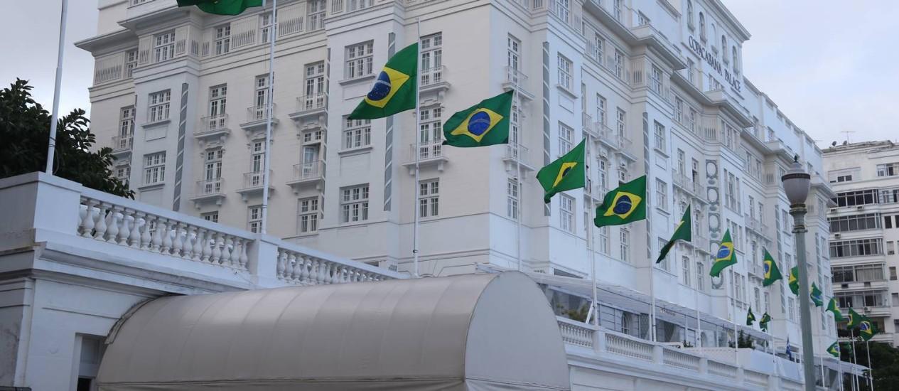 Bandeiras do Brasil hasteadas na fachada do hotel Copacabana Palace Foto: Antonio Scorza / Agência O Globo
