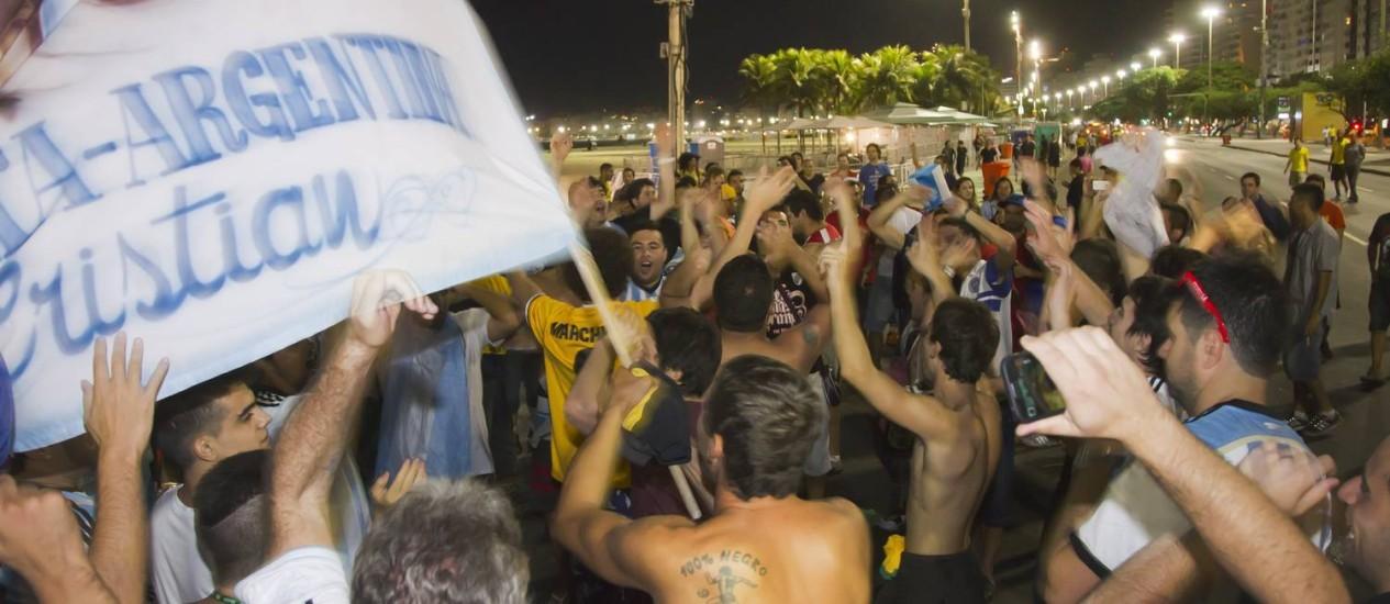 Argentinos aproveitam a noite em Copacabana Foto: Fernando Quevedo / Agência O Globo