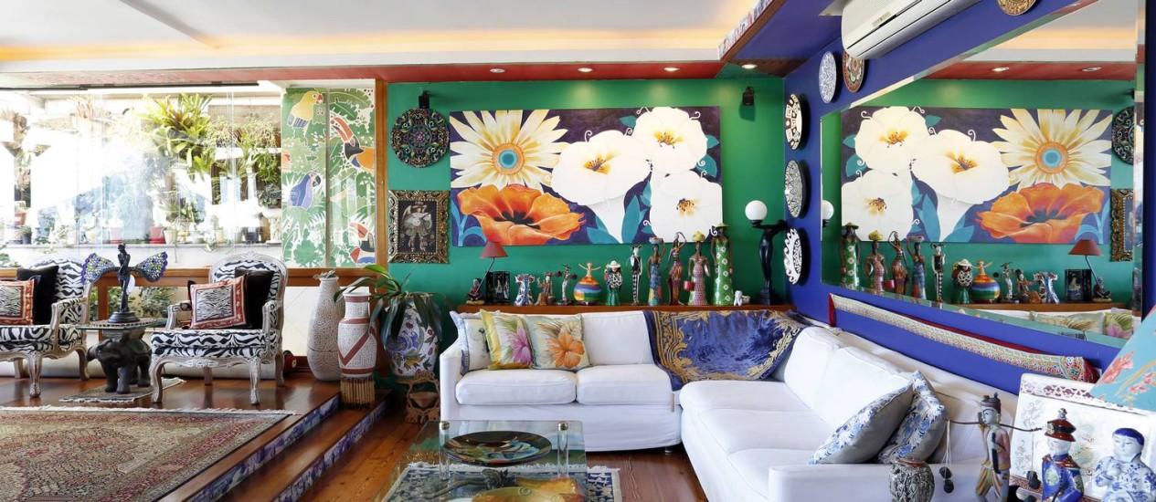 Na sala principal, objetos como tapetes e pratos de várias partes do mundo Foto: Fabio Rossi / Agência O Globo
