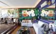 Recordações. Na sala principal do apartamento, em meio às cores vibrantes nas paredes e às fotos coladas nos degraus, estão itens como esculturas e pratos, trazidos de viagens, cada qual com uma história