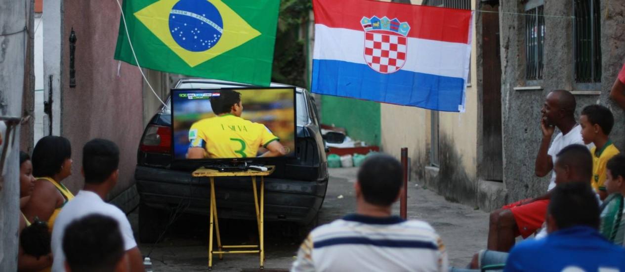Jogo pela TV: no intervalo, o consumo disparou e aumentou em 6.900 MW em apenas 11 minutos Foto: Pedro Teixeira/ Agência O Globo / Agência O Globo