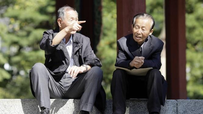 Idosos conversam em Tapgol Park, em Seul: 37% da população estará na terceira idade até 2050 Foto: Woohae Cho/Bloomberg/23-10-2013