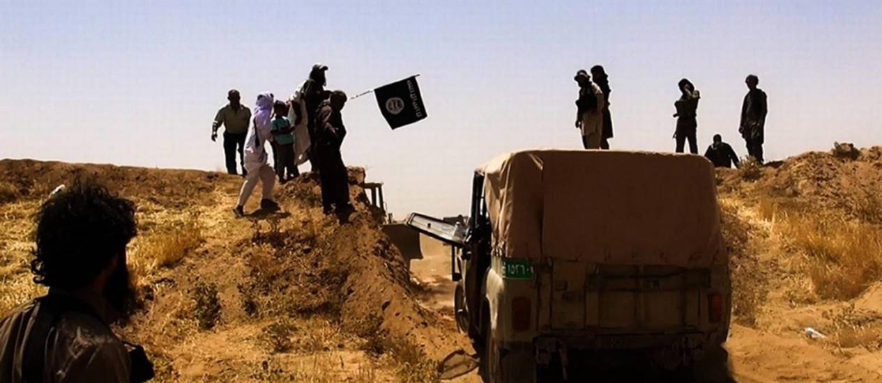Imagem divulgada no Twitter mostra supostos militantes do Estado Islâmico do Iraque e da Síria perto da fronteira entre Iraque e Síria, na cidade iraquiana de al-Hasakah Foto: - / AFP
