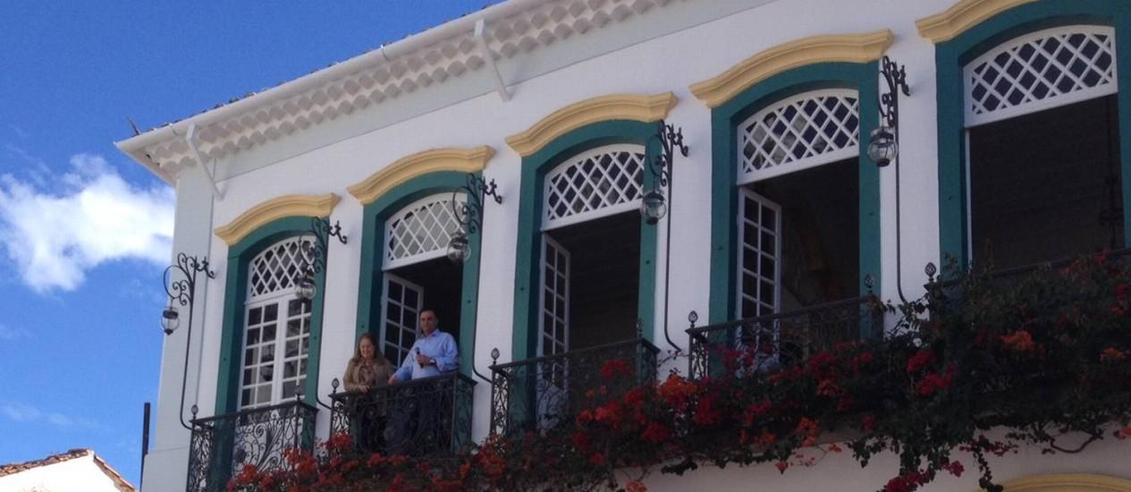 Aécio Neves apareceu na sacada, em São João Del Rei, ao lado de Maristela Kubitschek, filha do ex-presidente Juscelino Foto: Juliana Castro / O Globo