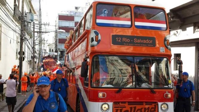 Holandeses colorem as ruas do Pelourinho, em Salvador, de laranja Foto: André Miranda