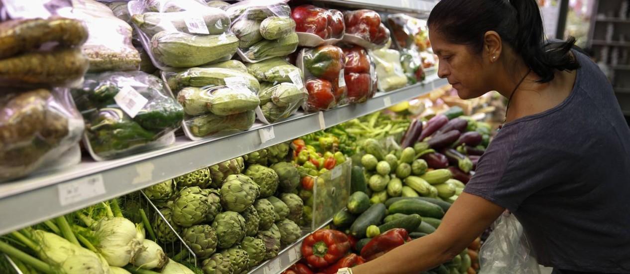 Consumidora faz compras em supermercado Foto: Carlos Garcia Rawlins / Carlos Garcia Rawlins/Reuters