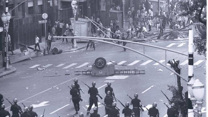 Em junho de 1968, estudantes entram em confronto com tropas militares Foto: Arquivo O Globo