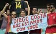 Conterrâneos de Diego Costa mostram apoio ao atacante