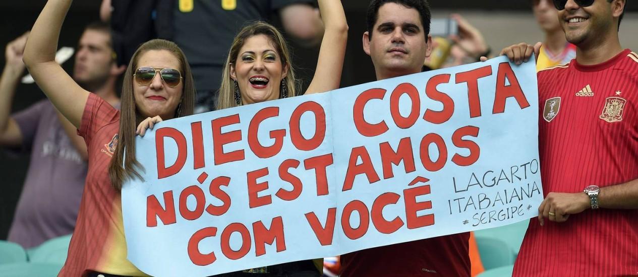 Conterrâneos de Diego Costa mostram apoio ao atacante Foto: LLUIS GENE / AFP