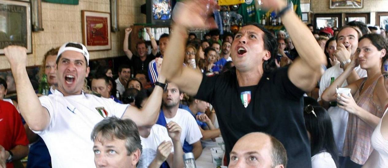 Apesar de o futebol não ser popular nos EUA, empresas instalam telas para transmissão das partidas da Copa do Mundo Foto: Peter Foley/Reuters