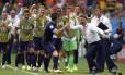 O holandês Robin van Persie (esq) comemora seu gol com o técnico Louis van Gaal no jogo contra a Espanha em Salvador