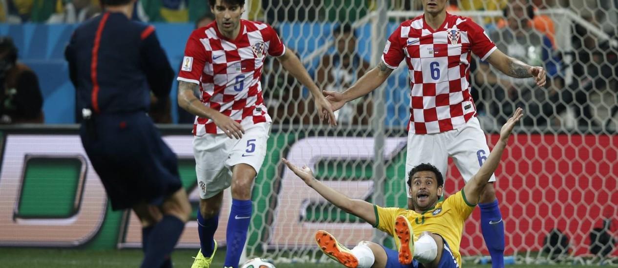 Croatas não perdoaram o juiz Yuichi Nishimura, mas o duelo contra o Brasil não foi o único a causar polêmicas com a arbitragem Foto: ADRIAN DENNIS / AFP
