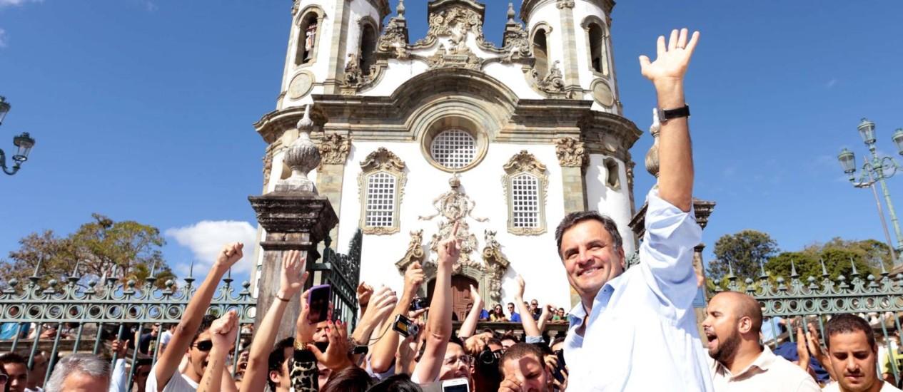 """Aécio Neves em São João Del Rei: na cidade mineira ele disse que Dilma 'colhe o que planta', mas no Facebook disse que manifestações não poderiam """"ultrapassar os limites do respeito pessoal"""" Foto: George Gianni / Divulgação"""