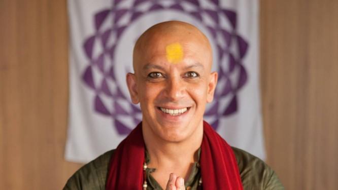 TV - Wilson dos Santos, o Swami Jaime de Surtadas na yoga para o Jogo Rápido da Revista da TV Foto: Tricia Vieira/GNT / Tricia Vieira/GNT