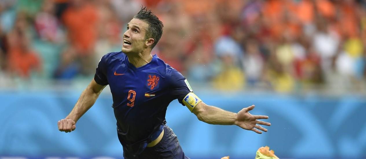 Van Persie 'voa' para marcar o gol de empate holandês: seleção venceu a Espanha por 5 a 1 Foto: LLUIS GENE / AFP