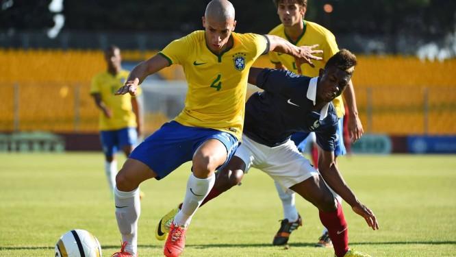 Dória na final do Torneio de Toulon, sub-21, contra a França Foto: ANNE-CHRISTINE POUJOULAT / AFP