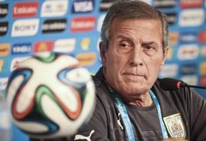 O treinador Óscar Tabárez pede que Uruguai se esqueça 1950 Foto: Guito Moreto
