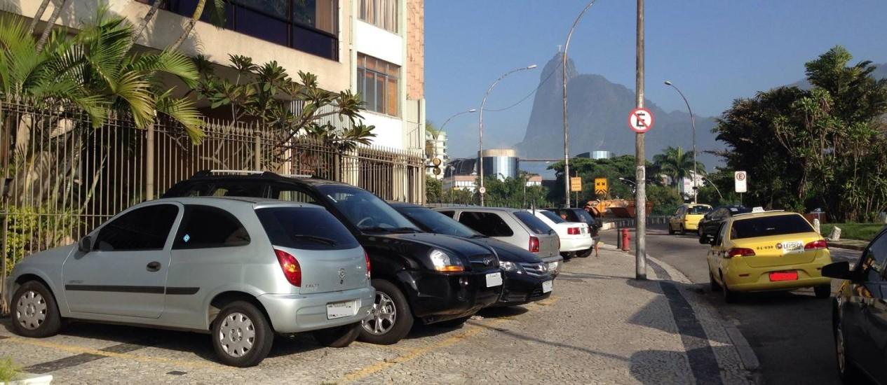 Carros param em vagas marcadas em calçada da Avenida Pasteur Foto: Leitor Pedro Paulo Vilhena / Eu-Repórter