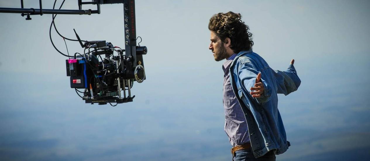 Chay Suede encara a câmera em cena gravada em Carrancas (MG) Foto: TV GLOBO/Alex Carvalho / TV Globo