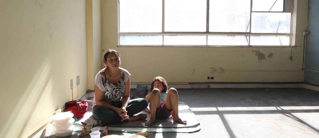 Ocupação. Ana e a filha, Paola, na invasão a um prédio nos Jardins, em São Paulo Foto: Marcos Alves / Agência O Globo