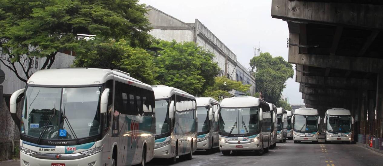 Ônibus interestaduais alinhados junto à Rodoviária Novo Rio: empresas fizeram lobby para flexibilizar regras de concessão; entidades de direito do consumidor criticam medida Foto: Domingos Peixoto/2-3-2014