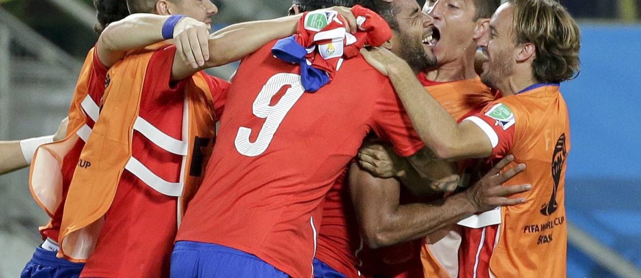 Chilenos comemoram o gol de Jean Beausejour na vitória de 3 a 1 sobre a Austrália, em Cuiabá Foto: Felipe Dana / AP