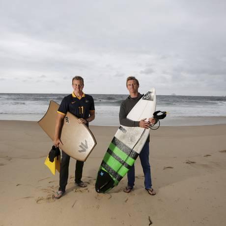 Tranquilidade. Os australianos Danny e Brett aproveitam a viagem para relaxar curtindo as ondas em Itacoatiara. Foto: Hudson Pontes / Agência O Globo