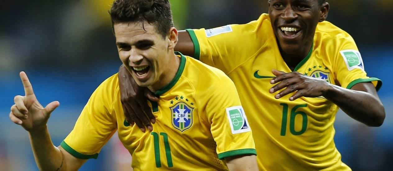 Oscar celebra, ao lado de Ramires, seu gol no Itaquerão durante a partida de estreia. Meia ganhou elogios do tetracampeão Bebeto Foto: IVAN ALVARADO / REUTERS