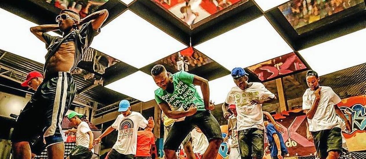 A efervercência da cultura popular na Baixada Fluminense: jovens fazem apresentação do passinho Foto: Divulgação
