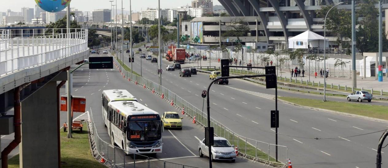 Radial Oeste já recebeu gradeamento e placas informativas Foto: Cezar Loureiro / Agência O Globo