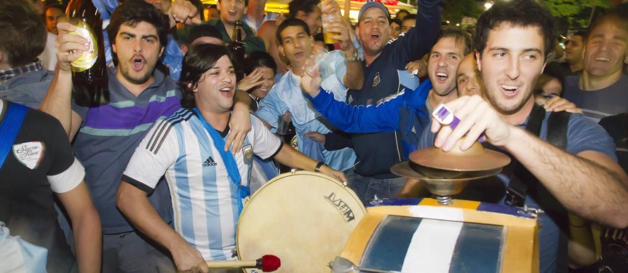 Argentinos aproveitam a noite em Copacabana e dizem estar confiantes quanto a atuação da seleção Foto: Fernando Quevedo / Agência O Globo