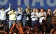 Aécio Neves chegou à convenção do PSDB na companhia do ex-presidente Fernando Henrique Cardoso e de lideranças tucanas.