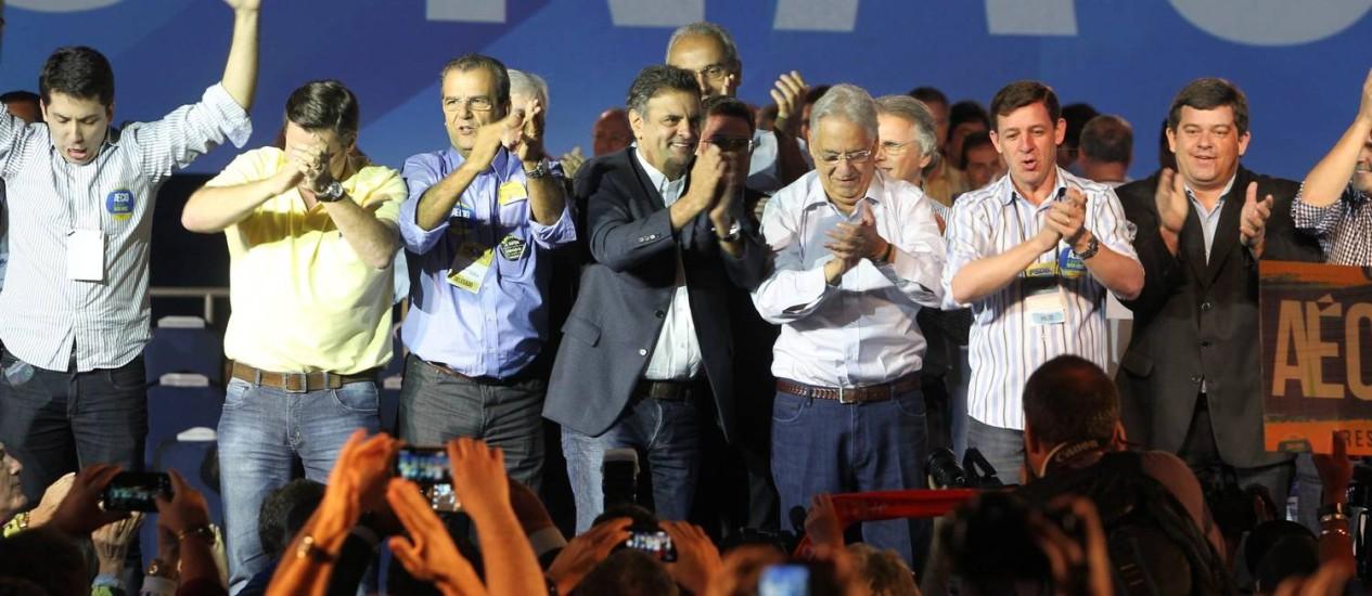 Aécio Neves chegou à convenção do PSDB na companhia do ex-presidente Fernando Henrique Cardoso e de lideranças tucanas. Foto: Marcos Alves / Agência O Globo