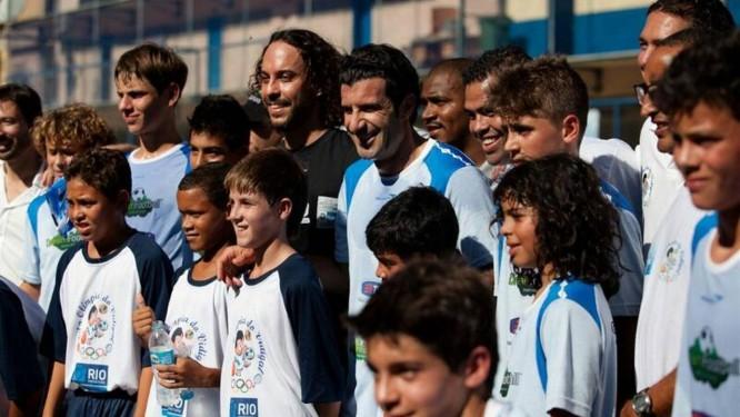 O ex-jogador português Figo com crianças do projeto Dream Football Foto: Divulgação