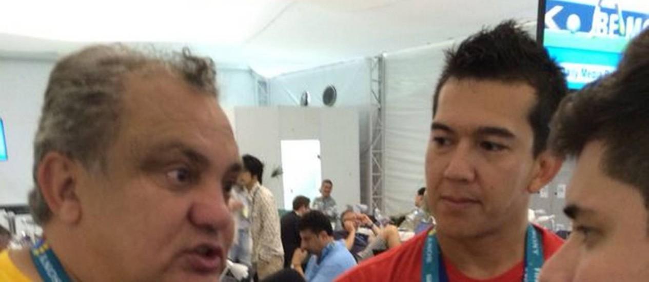 Branco é entrevistado por jornalistas em Manaus Foto: O Globo / Claudio Nogueira