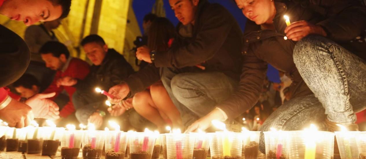 Com velas acesas, pessoas pedem paz em Bogotá. Eleitores, que vão às urnas neste domingo, defendem fim da violência com as Farc Foto: JOHN VIZCAINO / REUTERS