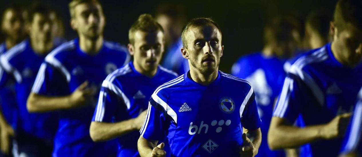 Seleção da Bosnia-Herzegovina corre durante treino no Guarujá, em Santos. À frente, o meia Avdija Vrsajevic Foto: Ronaldo Schemidt/AFP