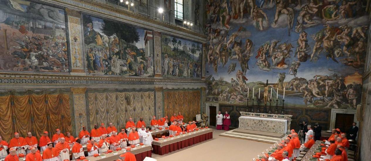 Cardeais em encontro da Capela Sistina. Preocupação com afrescos de Michelangelo Foto: L'Osservatore Romano / AP