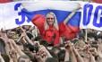 Jovem com camisa com o retrato do presidente Vladimir Putin participa de manifestação pró-governo em Moscou: histórias de glória dos tempos da União Soviética atraem a atenção da nova geração