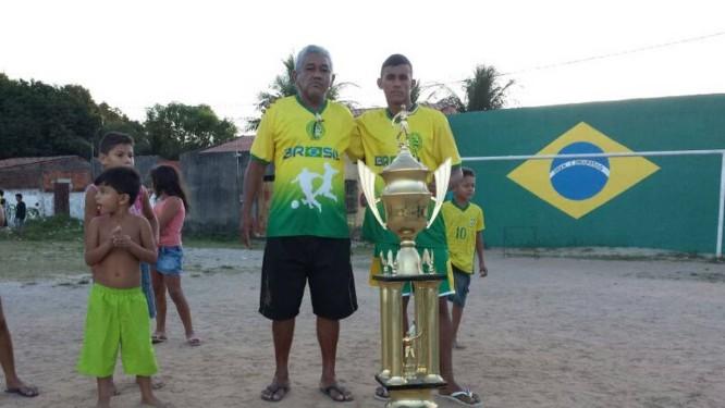 Seu José Messias e Alisson no campo da Associação Esportiva 1º de Abril Foto: Rubem Berta