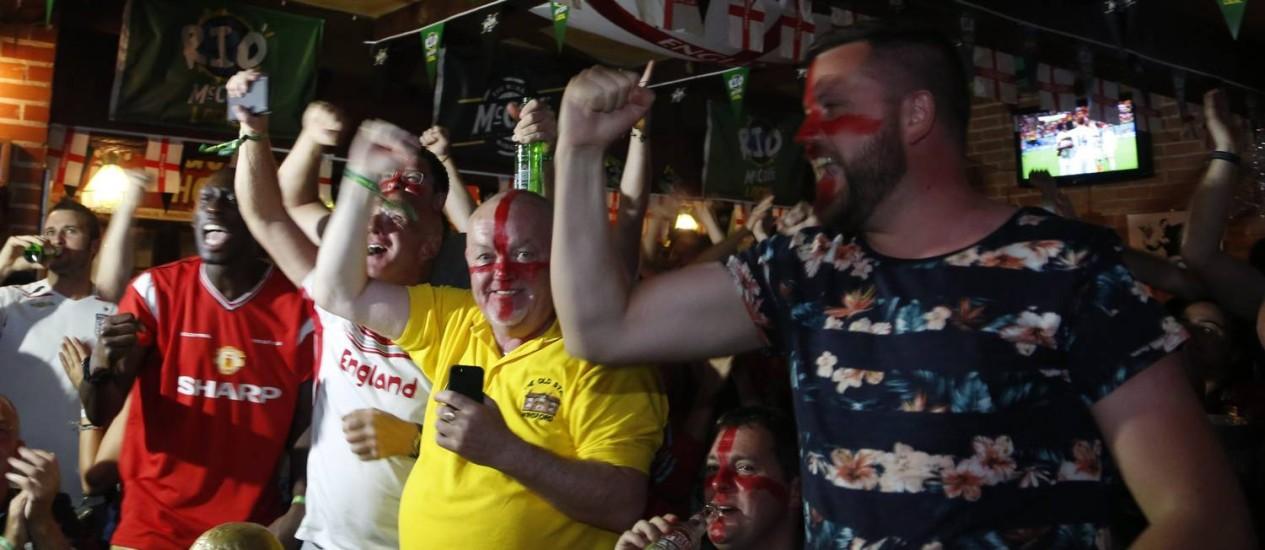 Ingleses reunidos no Lord Jim Pub para ver o jogo contra a Itália pela Copa do Mundo Foto: Hudson Pontes / Agência O Globo