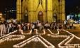 Apoiadores do presidente colmbiano e candidato a reeleição, Juan Manuel Santos, pedem paz e fim de guerrilhas
